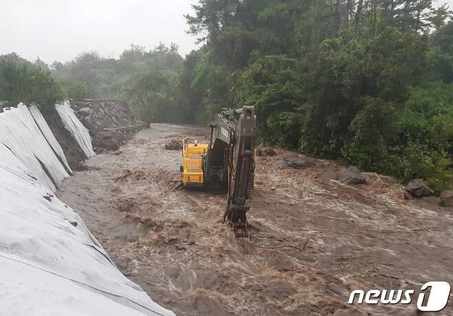 제14호 태풍 '찬투(CHANTHU)'가 북상 중인 14일 오전 제주 서귀포시 표선면의 한 하천에 물이 크게 불어나 흙탕물을 쏟아내고 있다.(독자제공) 2021.9.14/뉴스1