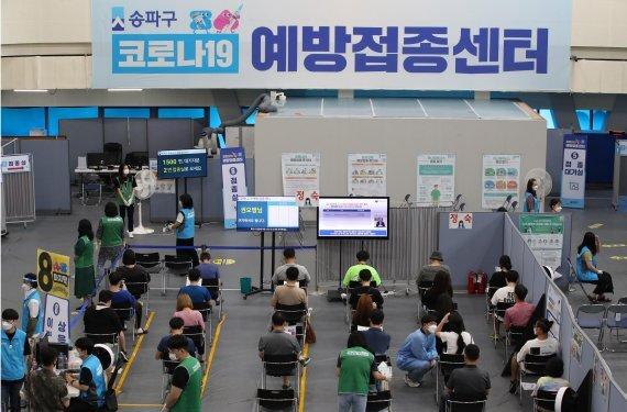 서울의 한 코로나19 예방접종센터를 찾은 시민들. /사진=박범준 기자