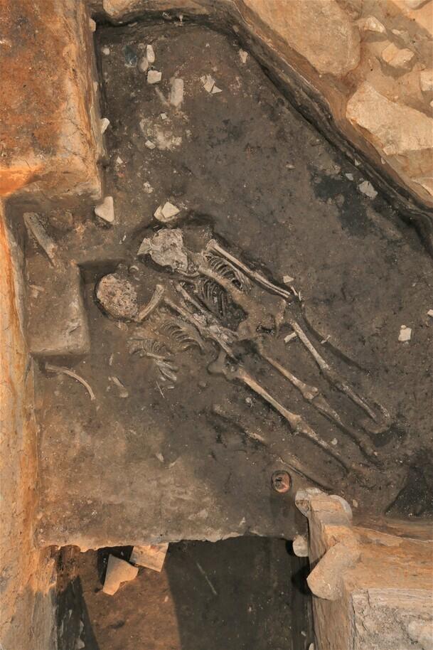 2017년 월성 서성벽 아래 기저층에서 발견된 50대 남녀의 인골. 두 사람의 인골에서 북동쪽으로 약 50㎝ 떨어진 지점에서 최근 20대 여성의 인골이 출토됐다. 모두 성벽의 안전을 기원하는 인신공희의 희생자들로 판명됐다.