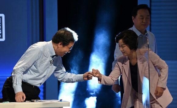 더불어민주당 이낙연(왼쪽), 추미애 대선 경선 후보가 14일 오후 서울 마포구 상암동 <문화방송>(MBC)에서 열린 100분 토론에서 인사하고 있다. 국회사진기자단