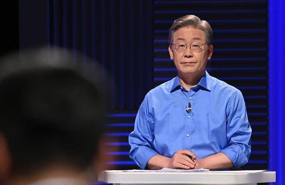 민주당 이재명 대선 경선 후보가 14일 오후 서울 마포구 상암동 MBC에서 100분 토론을 준비하고 있다. 연합뉴스