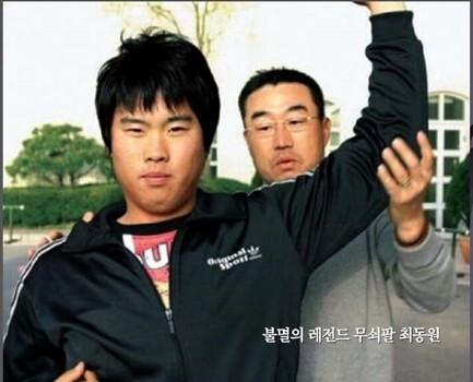최동원이 한화 코치 시절 류현진의 투구 자세를 교정해 주고 있다.