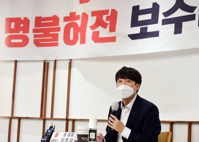 이준석 국민의힘 대표가 15일 서울 여의도 한 카페에서 열린 국민의힘 초선의원 공부모임 '명불허전 보수다 시즌5'에서 강연을 하고 있다.  국회사진기자단