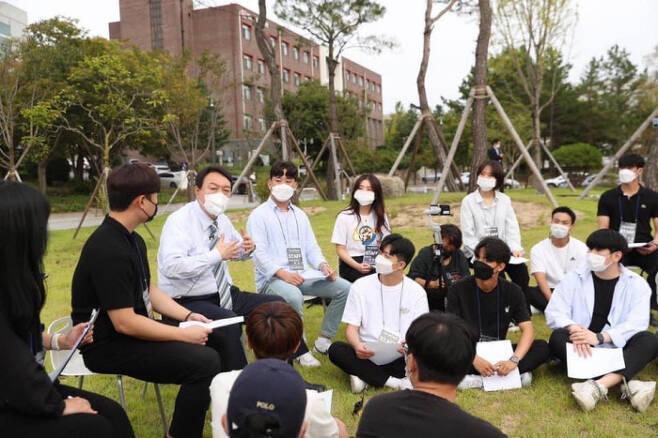 국민의힘 대선주자인 윤석열 전 검찰총장이 지난 13일 안동대학교를 찾아 대학생들과 대화하고 있다. 윤 전 총장 페이스북