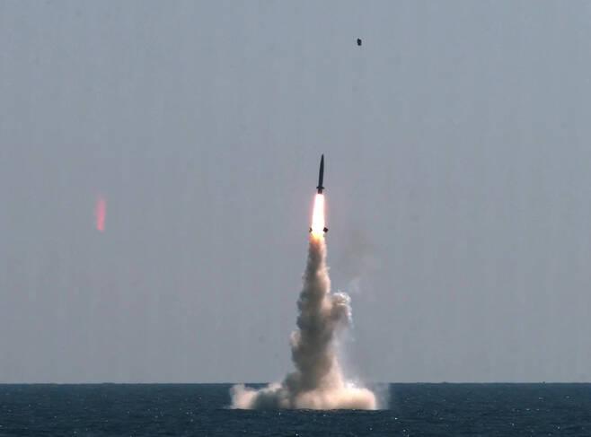 [서울=뉴시스] 조수정 기자 = 우리나라가 독자개발한 잠수함발사탄도미사일(SLBM·Submarine-Launched Ballistic Missile)의 최종 시험 발사에 성공했다고 국방과학연구소가 15일 밝혔다. 사진은 15일 오후 우리 군이 독자설계하고 건조한 최초 3000t급 잠수함인 도산안창호함에 탑재돼 수중에서 발사되고 있는 SLBM. 우리나라는 세계 7번째 SLBM 보유국이 됐다. (국방과학연구소 제공 영상 캡처) 2021.09.15. photo@newsis.com *재판매 및 DB 금지