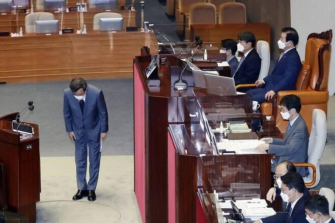 더불어민주당 대권 주자인 이낙연 전 대표가 15일 서울 여의도 국회 본회의에서 자신의 사직안 표결에 앞서 의원들에게 인사하고 있다. 연합뉴스