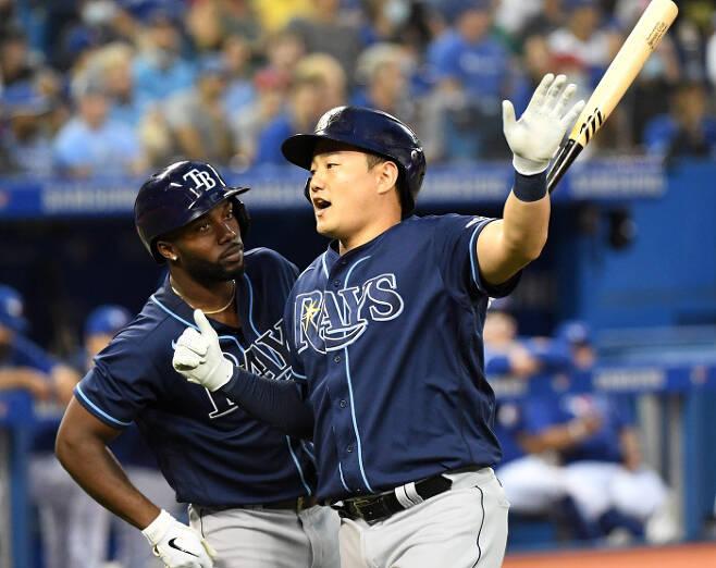 탬파베이 최지만이 15일 토론토전에서 2회 결승 솔로 홈런을 때리고 들어온 뒤 세리머니를 하고 있다. | USA투데이스포츠 연합뉴스