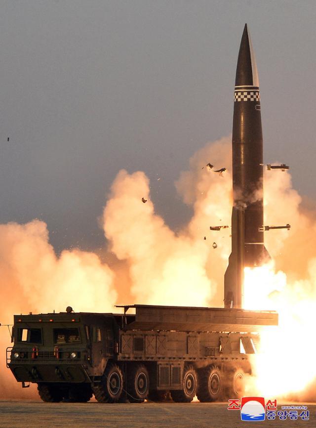 북한이 올해 3월 25일 신형전술유도탄을 시험 발사하는 장면. 북한판 이스칸데르(KN-23) 개량형으로 추정된다. 연합뉴스