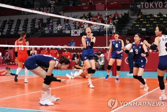 2020도쿄올림픽 여자배구경기에서 한국의 에이스 김연경이 센터라인 옆에서 공격을 성공한 뒤 환호하고 있다. [도쿄=연합뉴스 자료사진]
