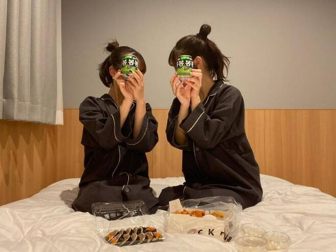 한국의 인기 음식을 먹으며 '봉봉'을 들고 인증샷을 남기는 '도한놀이' (사진=제보)
