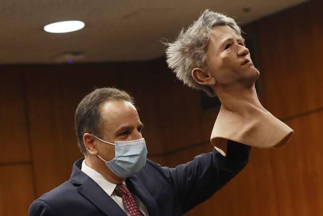 지난 9월 8일 법정에서 로버트 더스트가 도피생활 중 사용했던 마스크를 검사가 들고 있다./EPA 연합뉴스