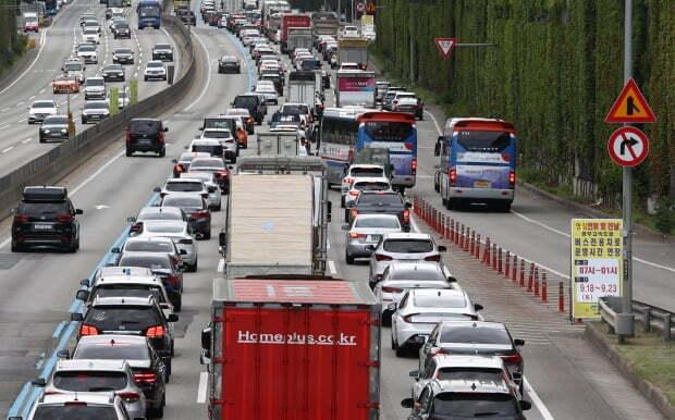 추석 연휴를 하루 앞둔 17일 경부고속도로 잠원IC 인근 부산방향 도로가 차들로 가득 차 있다. 사진=연합뉴스