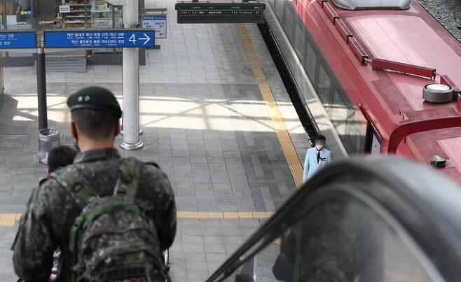 지난해 5월 한 군인이 서울역 승강장으로 향하고 있다. 연합뉴스