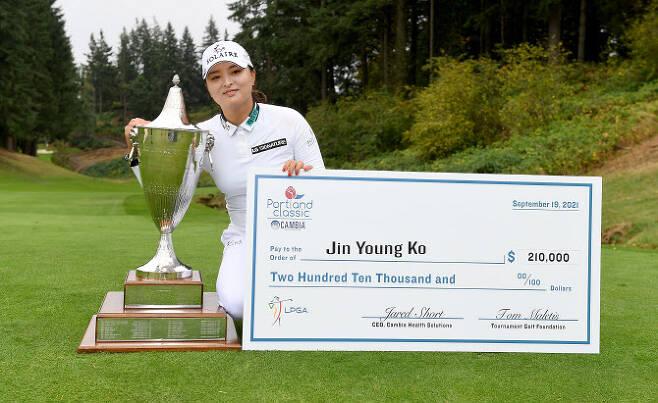 LPGA 투어에서 시즌 2승을 차지한 고진영이 우승트로피와 상금보드 앞에서 환하게 웃고 있다. (사진=AFPBBNews)
