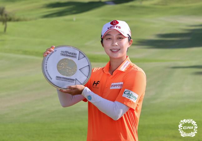 우승한 김효주가 우승컵을 틀어 올리며 포즈를 취하고 있다. 사진제공 | KLPGA