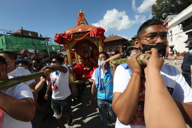 바이바라의 화신으로 섬겨지는 소년이 19일 가마를 타고 시내를 행차하고 있다. 바이바라와 가네샤 화신의 가마는 쿠마리의 마차보다 크기가 작아야한다. 카트만두=AP 연합뉴스