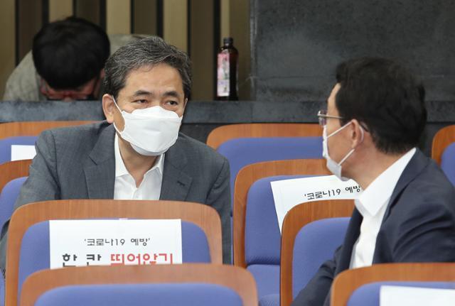 곽상도 국민의힘 의원이 16일 오후 국회에서 열린 현안 관련 긴급보고에 참석해 동료 의원과 대화하고 있다. 뉴스1