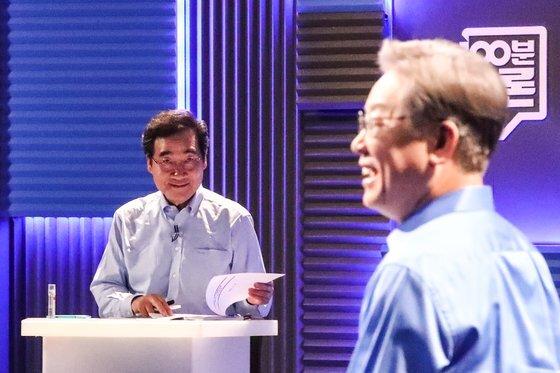 지난 14일 오후 서울시 마포구 MBC에서 열린 100분 토론회에서 더불어민주당 이낙연 대선 예비후보(왼쪽)가 이재명 후보의 리허설을 바라보고 있다. [국회사진기자단]