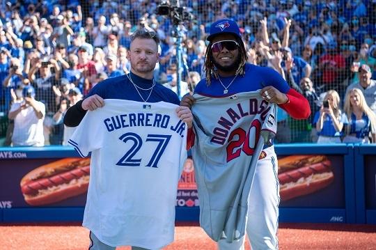유니폼을 교환한 도널드슨(왼쪽)과 게레로 주니어(사진=토론토 블루제이스)