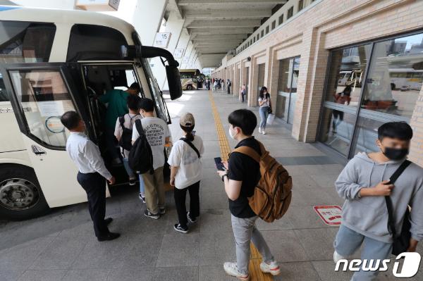 (서울=뉴스1) 박세연 기자 = 추석 전날인 20일 오전 강남구 서울고속버스터미널에서 귀성길 시민들이 버스에 오르고 있다. 2021.9.20/뉴스1