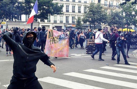 프랑스 파리에서 7월 31일(현지시간) 에마뉘엘 마크롱 정부의 백신 여권 도입을 반대하는 대규모 시위가 벌어졌다.[AFP=연합뉴스]