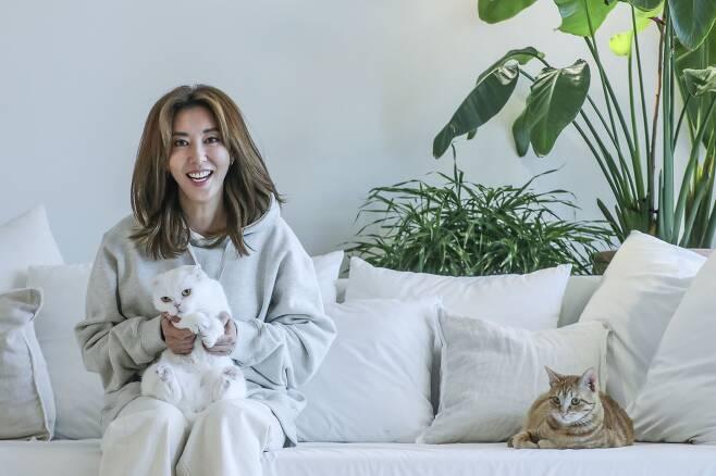 가수 김완선이 경기도 용인 자택에서 6마리의 반려묘와 함께 사는 이야기를 하고 있다. 김성룡 기자