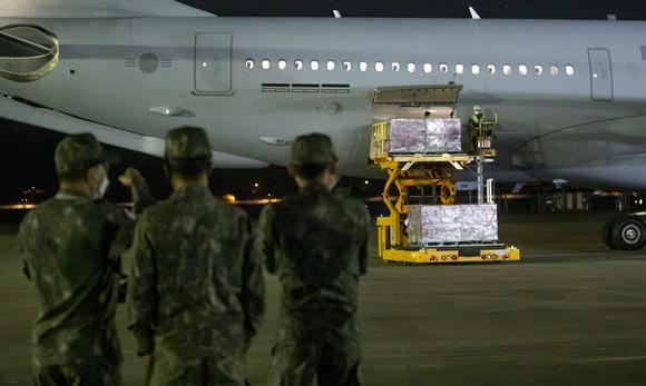 얀센 백신 100만명 분이 실린 한국 공군 공중급유기 KC-330이 5일 새벽 경기 성남시 서울공항에 도착하고 있다.(사진공동취재단) [사진=뉴시스]