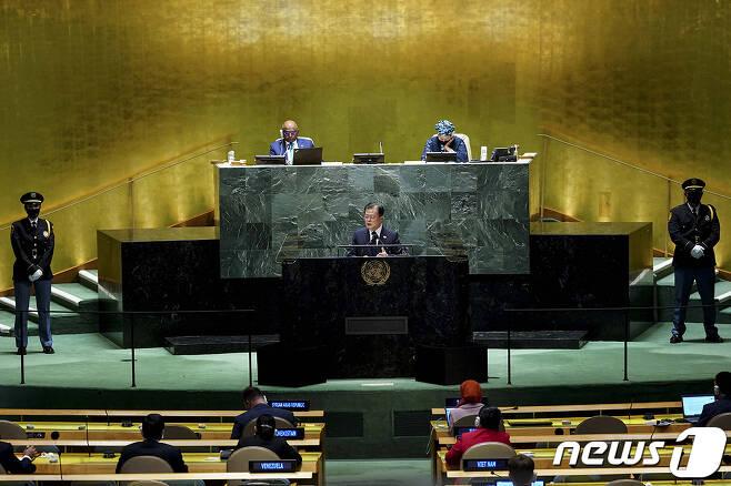 문재인 대통령이 21일(현지시각) 미국 뉴욕 유엔 총회장에서 기조연설을 하고 있다. (청와대 제공) 2021.9.22/뉴스1