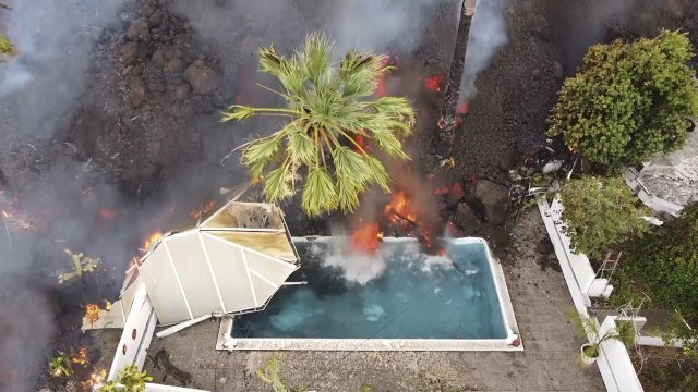 20일 뜨거운 용암이 수영장을 덮치고 있다. AP=뉴시스