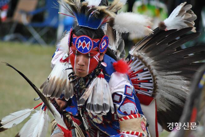 미국의 신예 작가 토미 오렌지의 소설 <데어 데어>는 미국 오클랜드를 배경으로 12명의 '도시 인디언'의 삶과 고뇌를 강렬하게 그려보인 작가의 데뷔작이다. 사진은 아메리카 원주민들의 전통 행사이자 이 소설의 종착지이기도 한 '파우와우(PowWow)' 축제 모습.