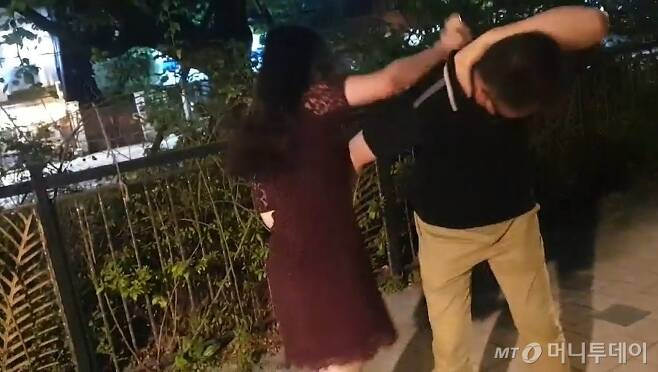 지난 7월 30일 서울 성동구 한 아파트 단지 주변 산책로에서 발생한 20대 여성의 주취폭력 상황. 40대 가장은 의도하지 않은 신체접촉으로 성추행범으로 몰릴 것을 우려해 적극 대응을 하지 못하고 맞기만 했다. /사진=독자 제공