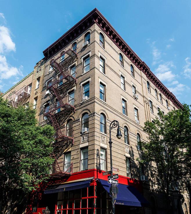 관광객들 사이에는 '프렌즈 빌딩'이라 불리는 건물. 외벽를 타고 오르는 비상계단이 있는 전형적인 뉴욕의 빌딩.