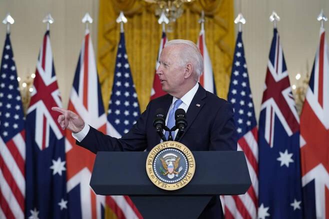[워싱턴=AP/뉴시스] 조 바이든 미국 대통령이 15일(현지시간) 백악관 이스트룸에서 스콧 모리슨 호주 총리, 보리스 존슨 영국 총리와 공동 화상 회의를 하고 있다. 바이든 대통령은 이날 미국과 영국, 호주가 인도·태평양 지역에서 3국 간 안보 협의체인 '오커스'(AUUKUS)를 발족한다고 발표했다. 이들 3국은 오커스를 통해 사이버와 인공지능, 수중 시스템 등 군사기술 협력을 강화하는 등 중국 견제를 위한 안보 정보 및 정보기술을 공유한다는 계획이다. 2021.09.16.