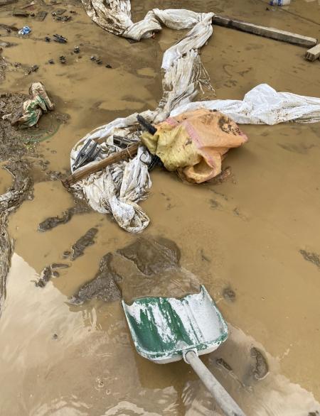 마지막으로 했던, 흙탕물에 잠긴 쓰레기들을 삽질해서 퍼내는 일. 끝이 보인단 생각에 악으로 버텼다./사진=남형도 기자