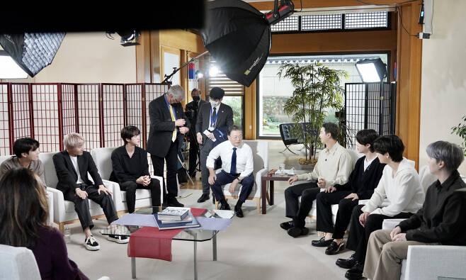 문재인 대통령과 그룹 BTS(방탄소년단)가 21일 오후(현지시각) 뉴욕 주유엔대표부에서 미국 ABC 방송과 인터뷰에 앞서 환담하고 있다. [연합]