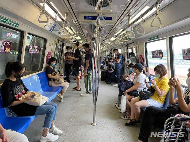 [싱가포르=AP/뉴시스] 지난 5월19일(현지시간) 싱가포르 지하철에서 승객들이 마스크를 쓰고 있다. 2021.09.25.