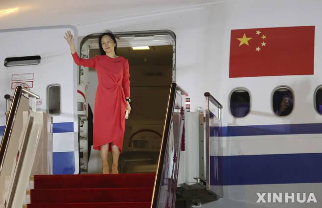 [선전시=신화/뉴시스] 캐나다 가택연금에서 풀려난 중국 통신장비업체 화웨이의 멍완저우(孟晩舟) 부회장 겸 최고재무책임자(CFO)가 25일 중국 광둥성 선전시에 도착해 환영 인파를 향해 손을 흔들고 있다. 2021.09.25