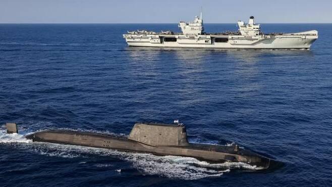 영국 해군 아스튜트급 핵추진잠수함과 항모 퀸 엘리자베스호가 함께 훈련을 실시하고 있다. 영국 해군 제공