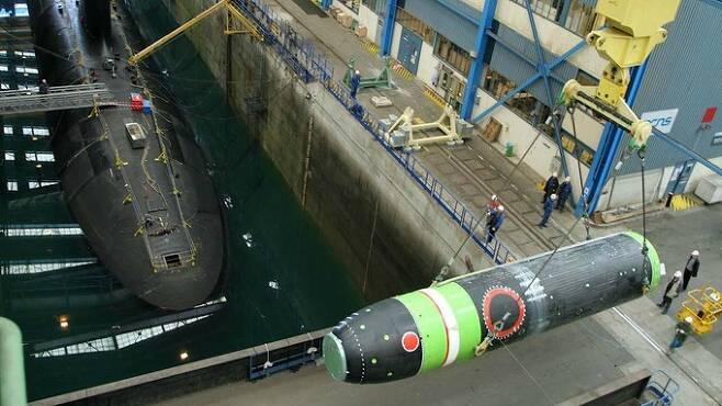프랑스의 M51 잠수함발사탄도미사일(SLBM)이 기중기에 실려 이동하고 있다. 세계일보 자료사진
