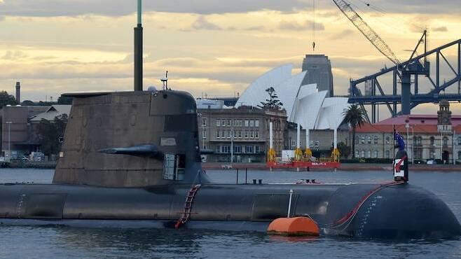 호주 해군 콜린스급 디젤잠수함이 부상한 채 시드니 앞바다를 이동하고 있다. 게티이미지