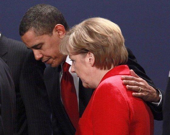 버락 오바마 당시 대통령이 2009년 G20 정상회의장에서 메르켈 총리와 만나 어깨에 손을 올리며 자리를 이동하고 있다. [EPA=연합뉴스]