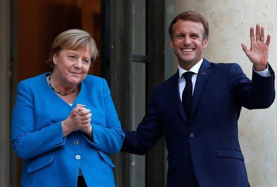 지난 16일(현지시간) 프랑스 파리를 방문한 메르켈 총리가 에마뉘엘 마크롱 대통령과 만찬을 가졌다. 마크롱 대통령은 은퇴를 앞둔 메르켈 총리와