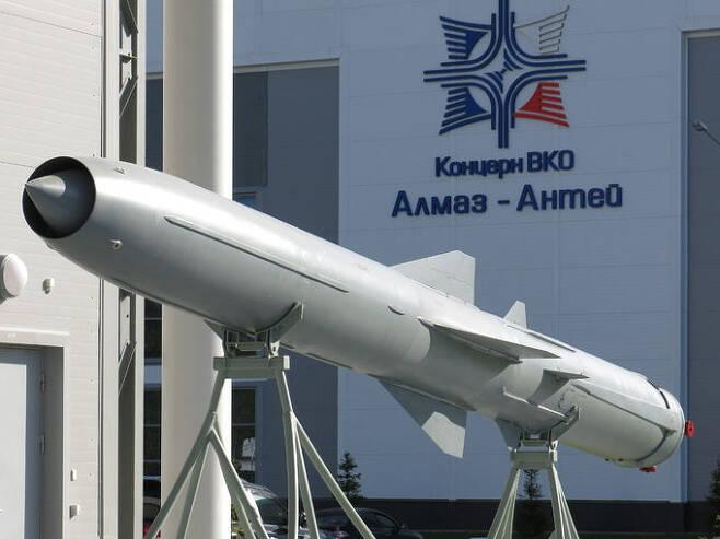 러시아의 초음속 순항미사일 P-800 야혼트. 위키피디아