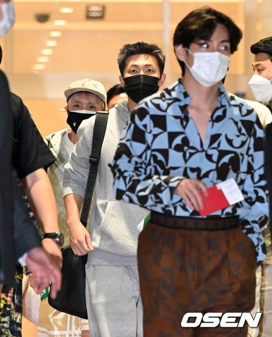 [OSEN=인천공항, 이대선 기자]그룹 방탄소년단 RM과 슈가가 출국장으로 이동하고 있다. 2021.09.18 /sunday@osen.co.kr