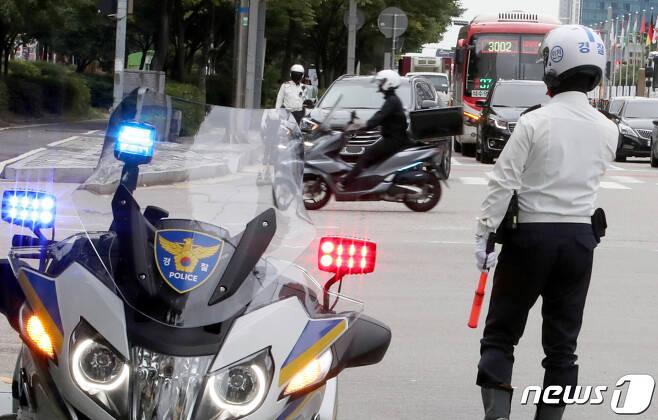 경찰이 28일 인천시 연수구 송도동에서 교통법규를 위반한 이륜차를 단속하고 있다. 2021.9.28/뉴스1 © News1 정진욱 기자