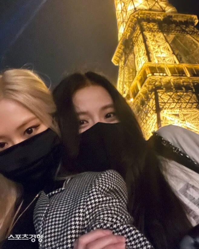 블랙핑크 지수와 로제는 에펠탑을 배경으로 한 사진을 팬들에게 보내며 파리 일정을 공유했다. 인스타그램 캡처