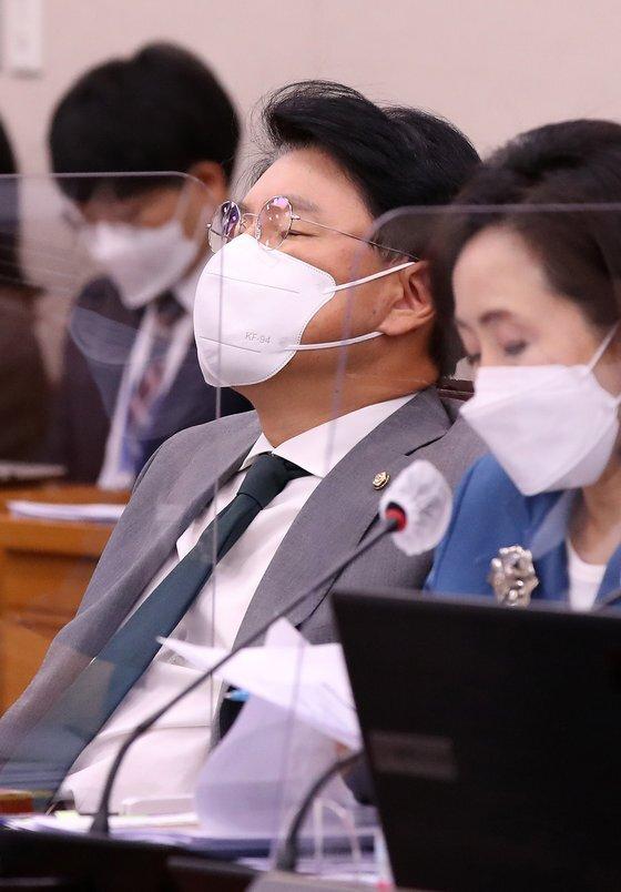 장제원 국민의힘 의원이 24일 서울 여의도 국회에서 열린 법제사법위원회 전체회의에서 잠시 눈을 감고 있다. 2021.9.24/뉴스1