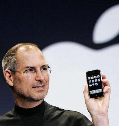 고 스티브 잡스 애플 창업자가 2007년 미국 샌프란시스코에서 열린 `맥 월드 엑스포`에서 첫 `아이폰`을 소개하고 있다. [사진 출처 = 연합뉴스]