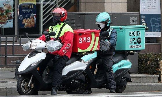 서울 종로구 일대에서 배민과 요기요 배달원들이 근무하고 있다. 뉴스1