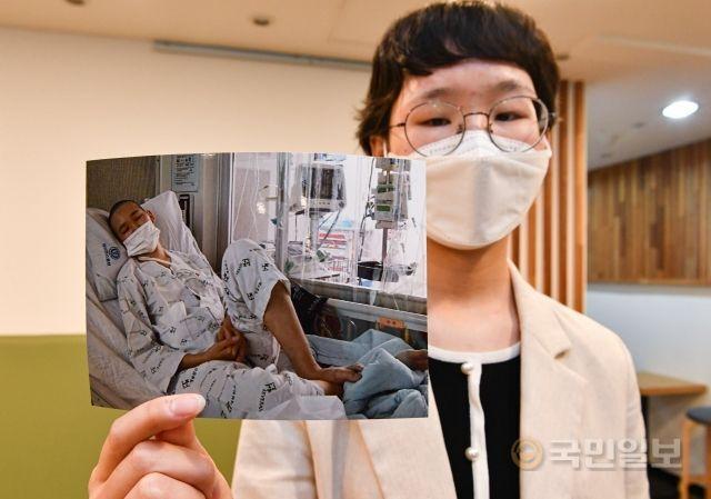 조혈모세포 수혜자 이엘리씨가 지난 8일 서울 서대문구 교회에서 투병 당시의 사진을 들어 보이고 있다.